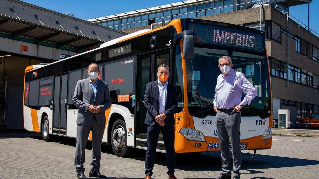 Der rnv-Impfbus mit Erster BürgermeisterChristian Specht (CDU), rnv-Chef Martin in der Beek und OB Dr. Peter Kurz (SPD).