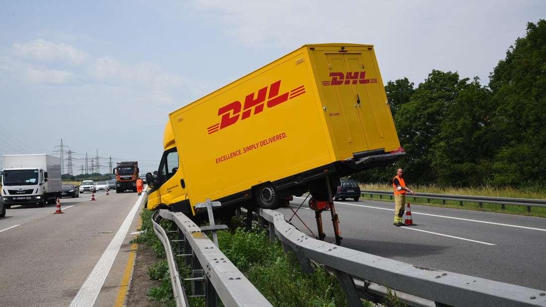 Transporter gegen Leitplanke auf A656: Gefahr durch ungesicherte Unfallstelle zwischen Mannheim-Seckenheim und Autobahnkreuz Mannheim (18. Juni 2021).
