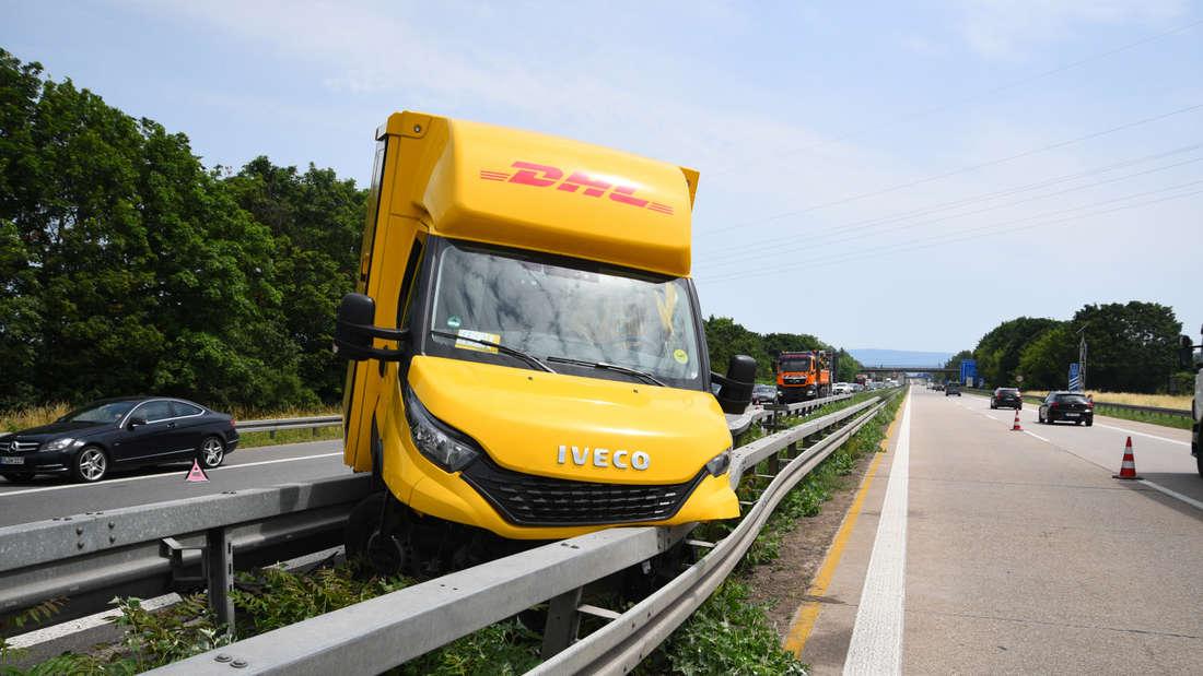 A656: Kurz vor dem Autobahnkreuz Mannheim verliert der Fahrer die Kontrolle über sein Fahrzeug und kracht in die Mittelleitplanke (18. Juni 2021).