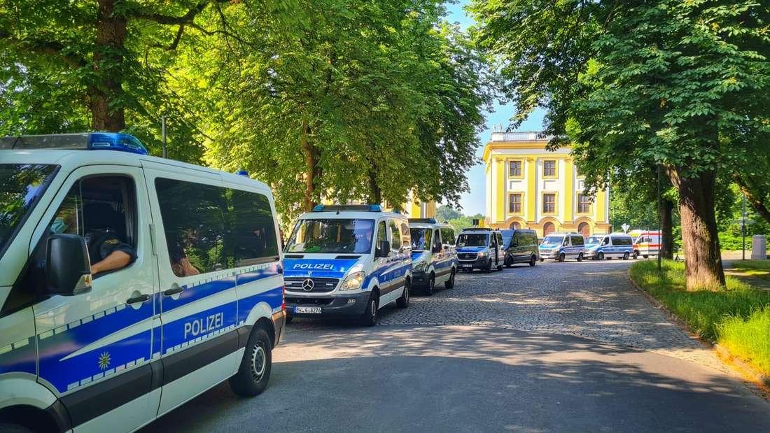 Der Auedamm um die Orangerie in Kassel bleibt vorerst für den Autoverkehr gesperrt.