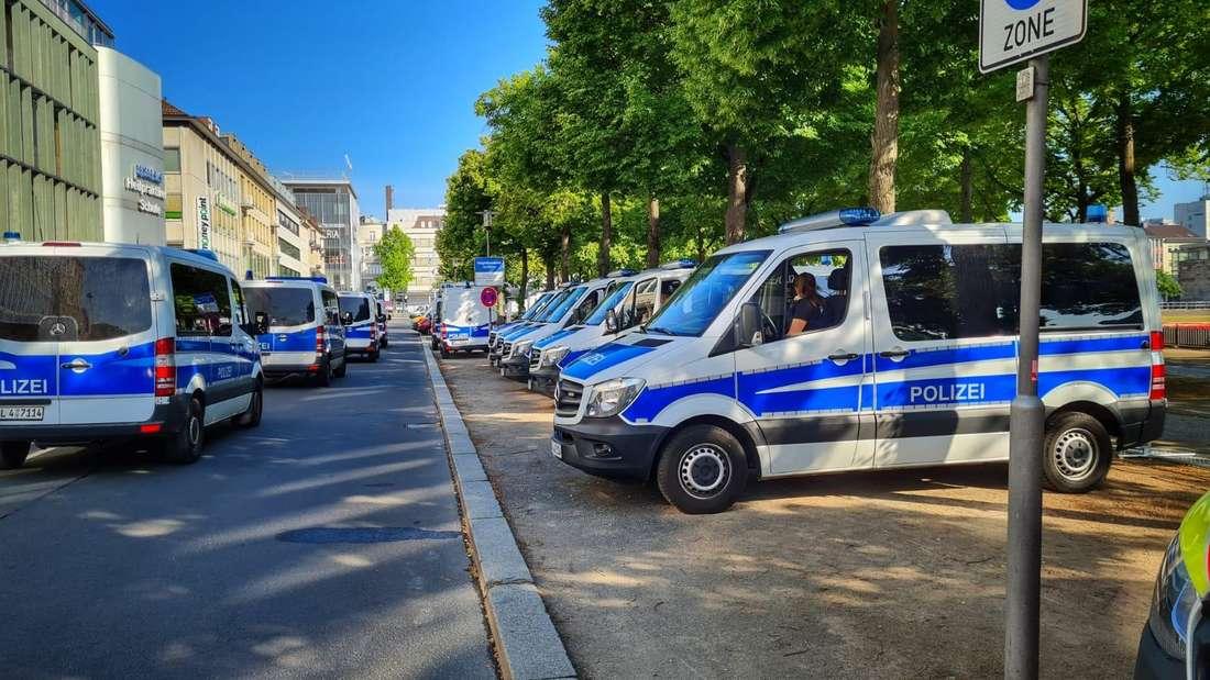 Die Polizeipräsenz ist in der Innenstadt enorm. An zahlreichen Zufahrten werden Personen kontrolliert.