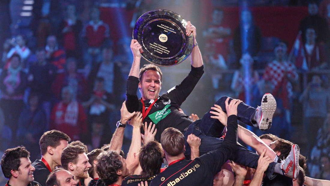 Dagur Sigurdsson wird nach dem EM-Titel 2016 gefeiert.
