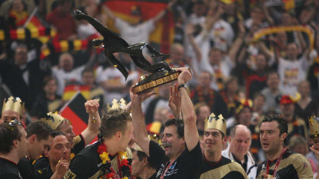 2007 gewinnt Bundestrainer Heiner Brand mit dem DHB-Team den WM-Pokal.