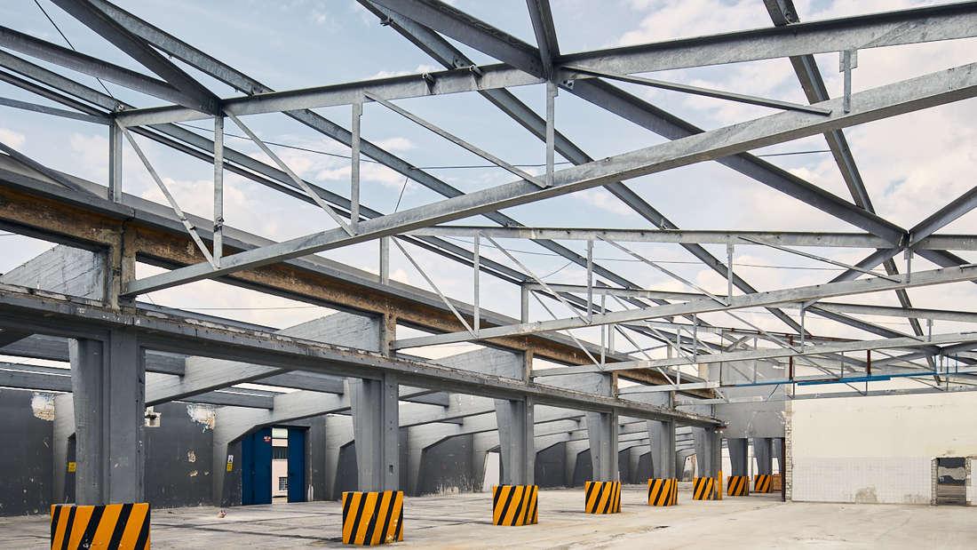 Der Rückbau der U-Halle auf dem Mannheimer Spinelli-Gelände hat begonnen.