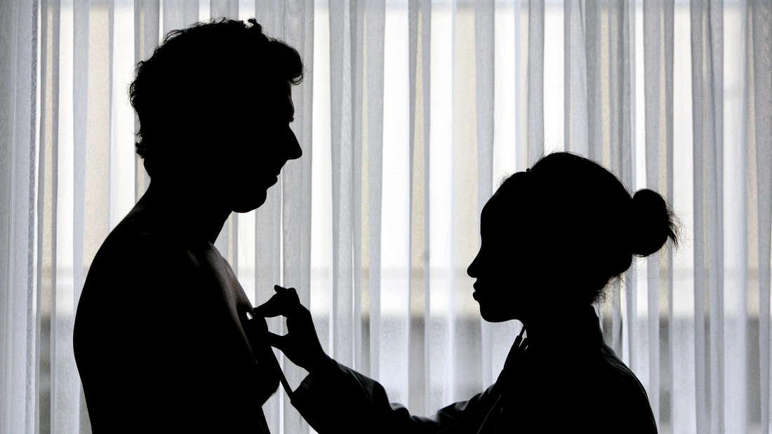 Eine Ärztin horcht das Herz eines Patienten ab