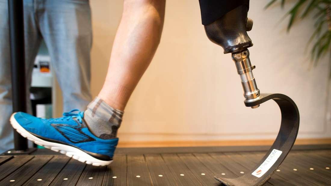 Ein Mann mit Unterschenkelprothese