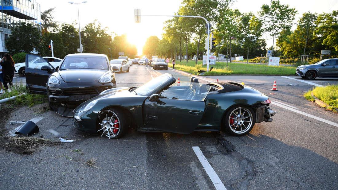 Mannheim: Drei Porsche auf der Wilhelm-Varnolt-Allee sind am Unfall beteiligt (7. Juli 2021).