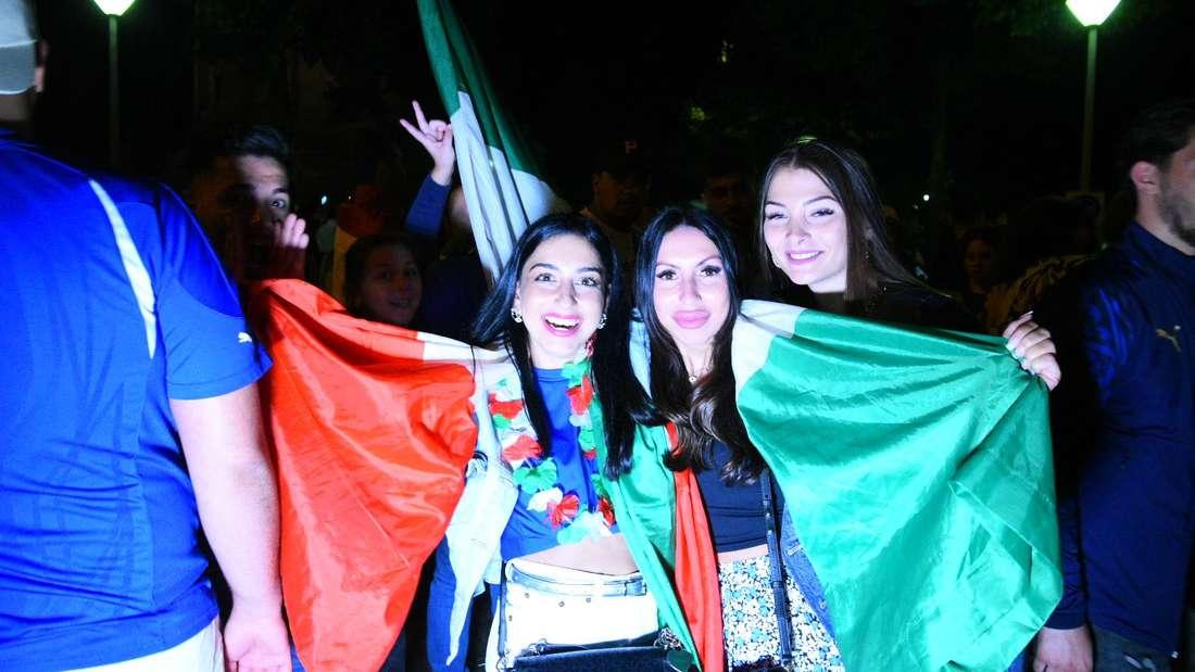 Italienische Fans feiern den EM-Titel ihrer Mannschaft am Mannheimer Wasserturm.