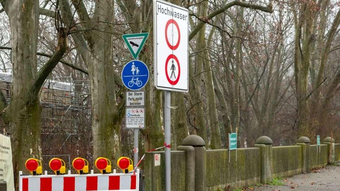 Erste Hochwasser-Warnschilder und Sperrungen sind in Ludwigshafen aufgestellt.