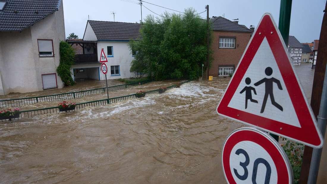 Die Straßen in Esch (Kreis Ahrweiler) haben sich in reißende Ströme verwandelt. Andauernde Regenfälle haben in Rheinland-Pfalz zahlreiche Ortschaften und Keller geflutet.