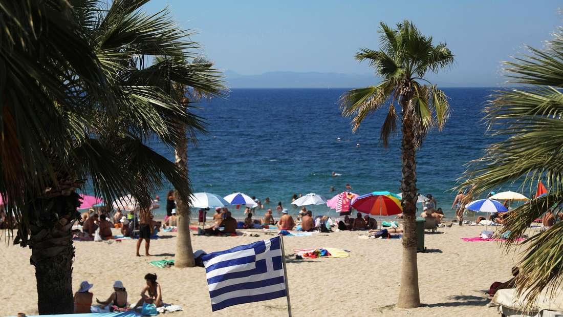 Eine Griechenland-Fahne am Strand von Palaio Faliro in Athen