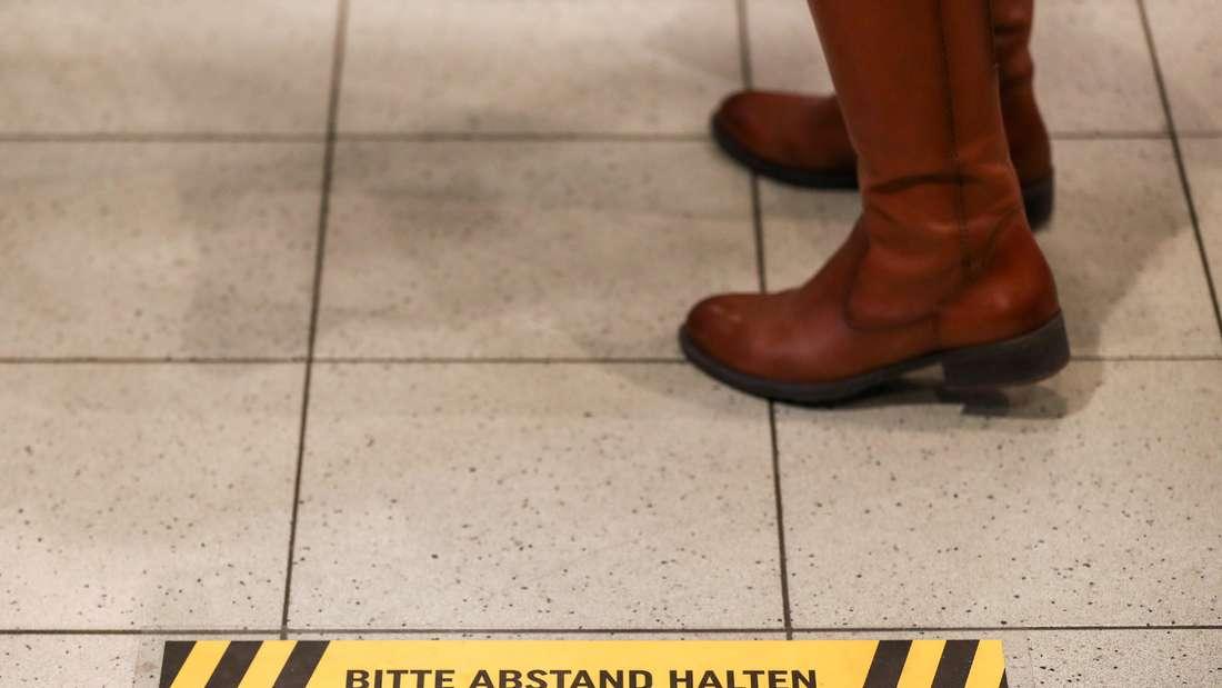 Eine Frau steht an der Kasse in einem Supermarkt (Symbolfoto)