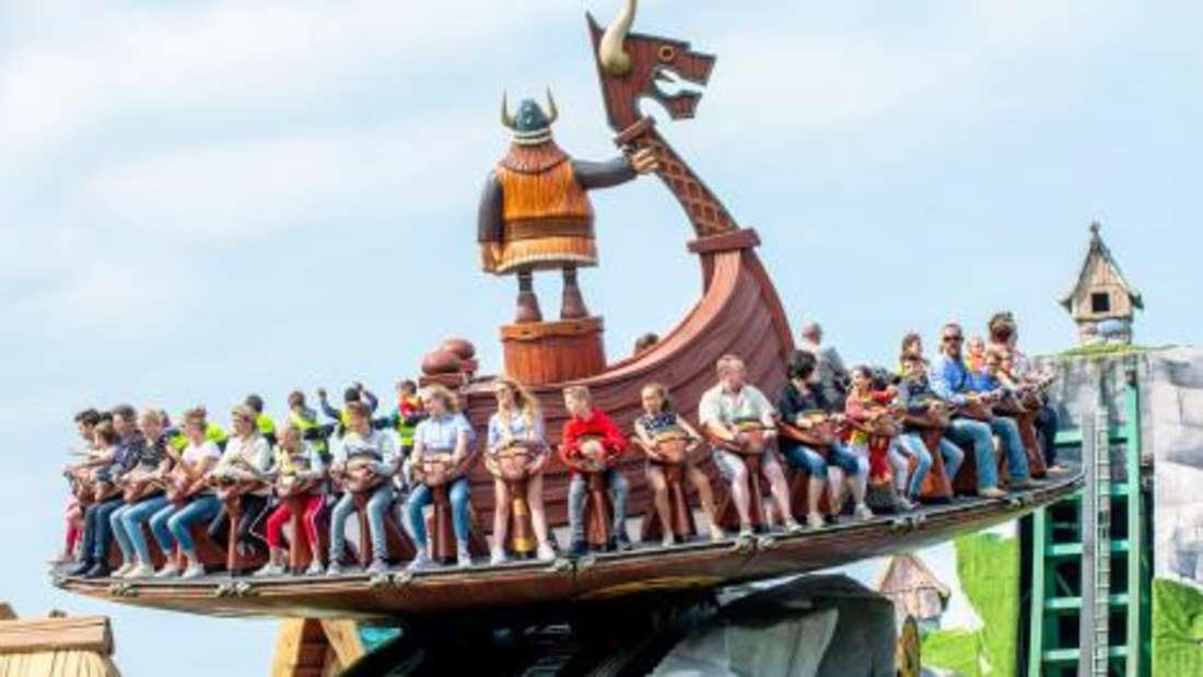 """Die große Welle"" im Holiday Park befördert die Passagiere in luftige Höhen."
