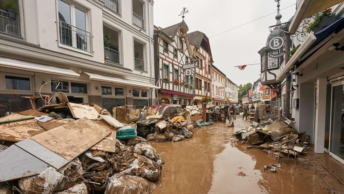 Unterstützung nach der Flut-Katastrophe: Unter die Helfer für die Hochwasser-Opfer haben sich auch Querdenker und Verschwörungsmystiker gemischt.