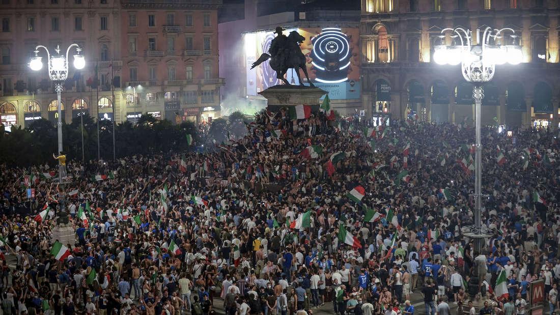 Fans feiern auf der Piazza Duomo.