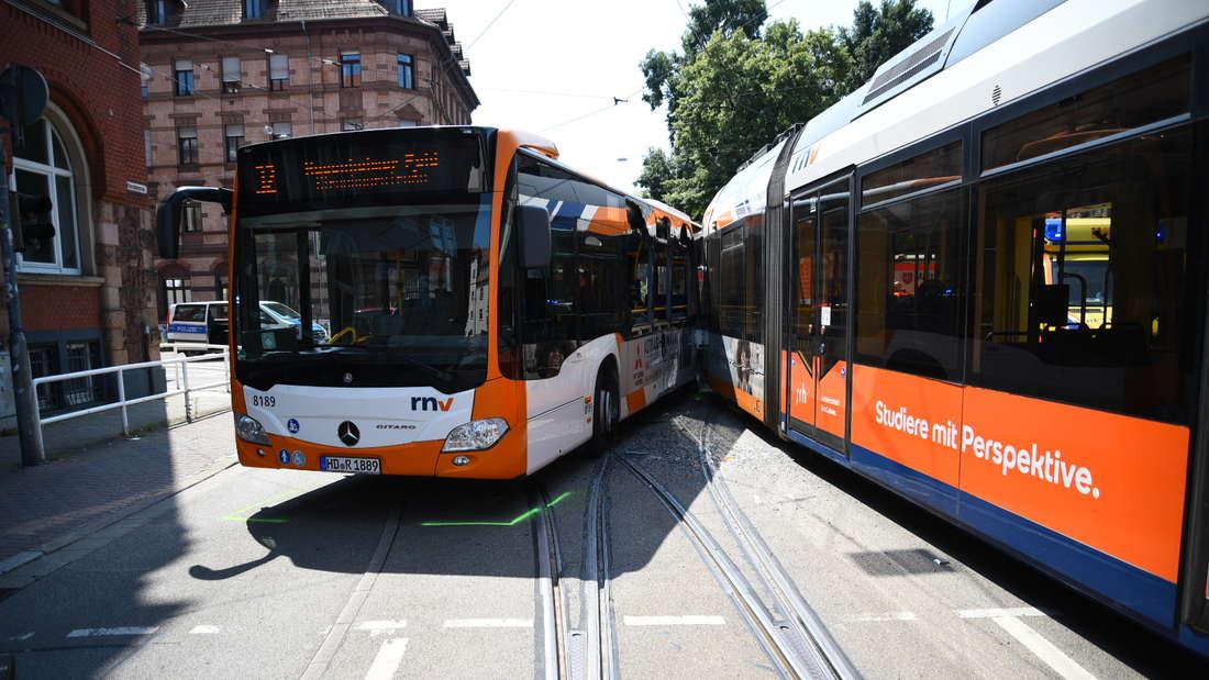 Eine Straßenbahn ist am Donnerstagmittag in Heidelberg mit einem Linienbus kollidiert (22. Juli 2021).