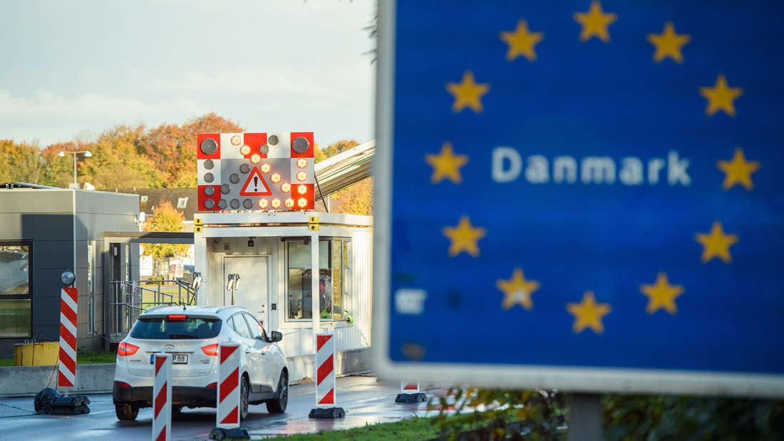 Eine Auto passiert die dänische Grenze.