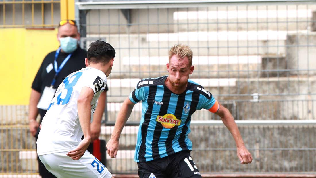 Marc Schnatterer (r.) feiert beim Spiel gegen den 1. FC Magdeburg sein Debüt für den SV Waldhof.