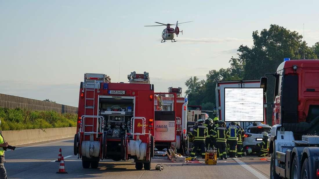 Familien-Auto kracht unter Sattelzug und wird mehrere hundert Meter mitgeschleift