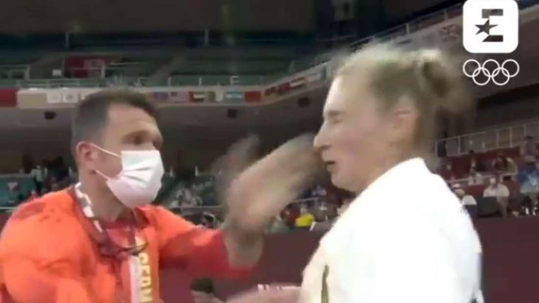 Martyna Trajdos lässt sich von ihrem Coach ohrfeigen.