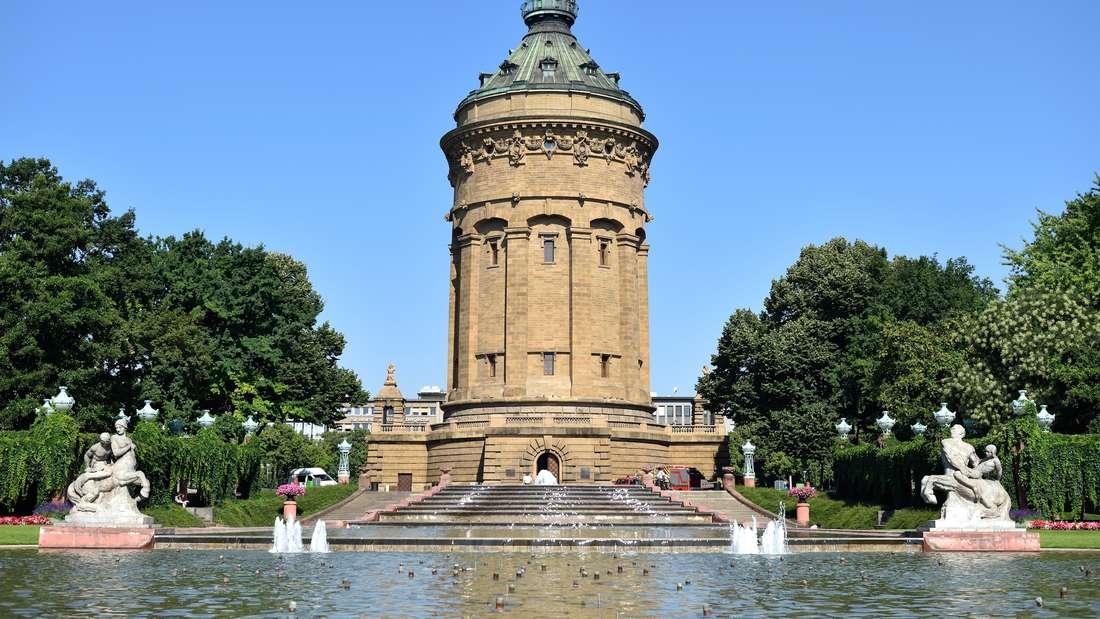 Blick auf die Brunnenanlage und den Wasserturm, aufgenommen am 24. Juli 2014 in Mannheim.