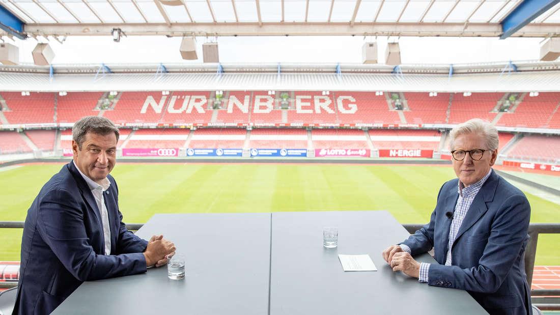 ZDF-Journalist Theo Koll mit CSU-Chef Markus Söder im Max-Morlock-Stadion in Nürnberg für das Sommerinterview 2021.