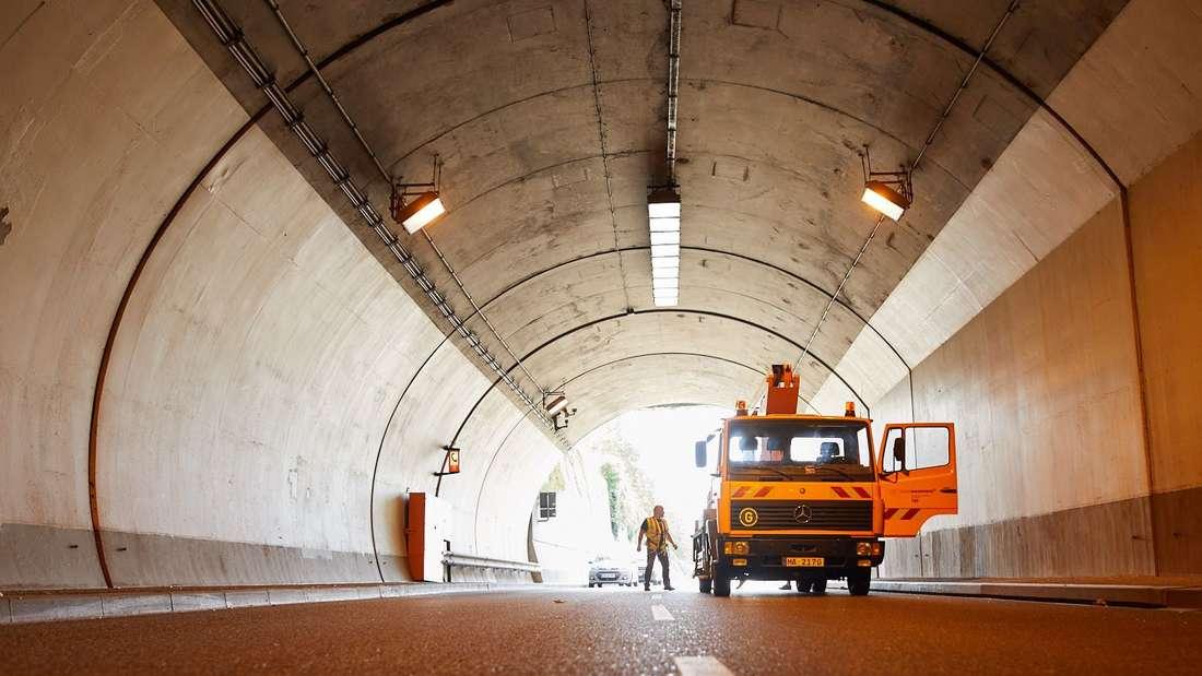 Wartungsarbeiten in einer Tunnelröhre. (Symbolbild)