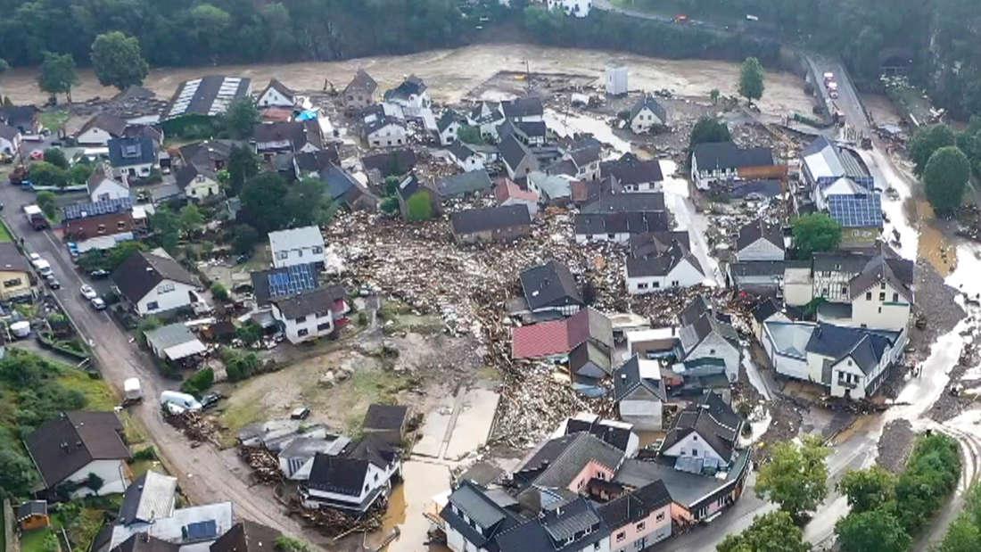 Die Luft-Aufnahme zeigt die Verwüstungen, die das Hochwasser der Ahr in dem Eifel-Ort angerichtet hat.