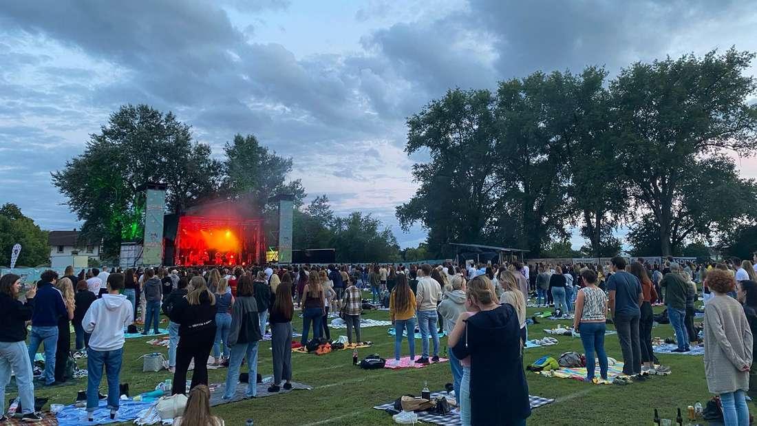 Besucher feiern auf dem Picknick-Konzert in Ladenburg