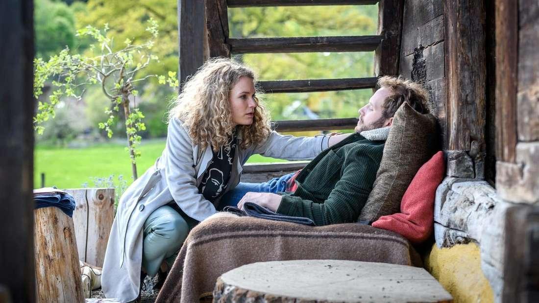 """Bei """"Sturm der Liebe"""" kümmert sich Maja voller Sorge um den fiebernden Florian."""