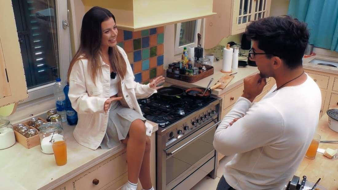 """Maxime Herbord und """"Bachelorette""""-Kandidat Julian in der Küche"""