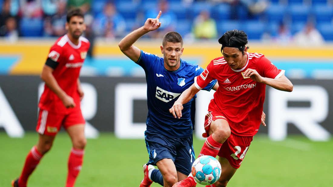 TSG 1899 Hoffenheim - 1. FC Union Berlin: Andrej Kramaric (l) bereitet ein Tor vor.