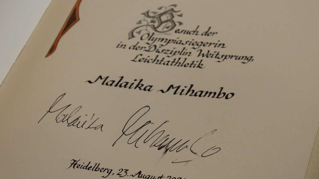 Malaika Mihambo hat sich ins Goldene Buch der Stadt Heidelberg eingetragen.