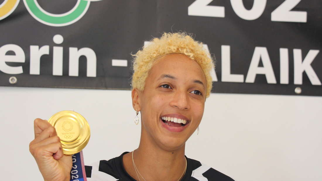 Malaika Mihambo zeigt stolz ihre Gold-Medaille.