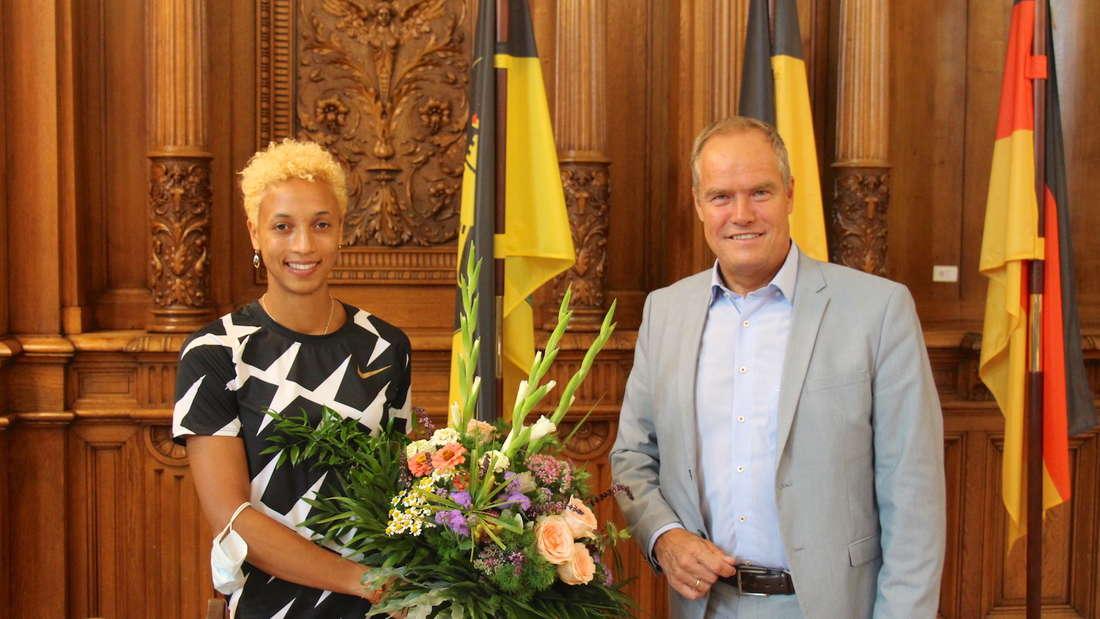 Malaika Mihambo mit Oberbürgermeister Eckart Würzner.