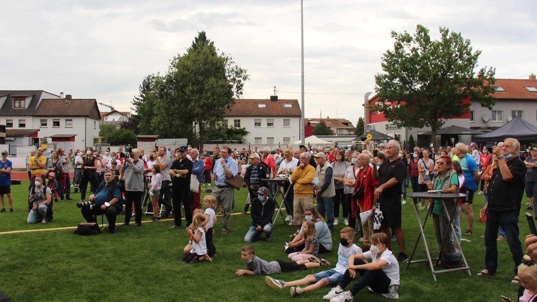 Die Fans feiern Malaika Mihambo in Oftersheim.