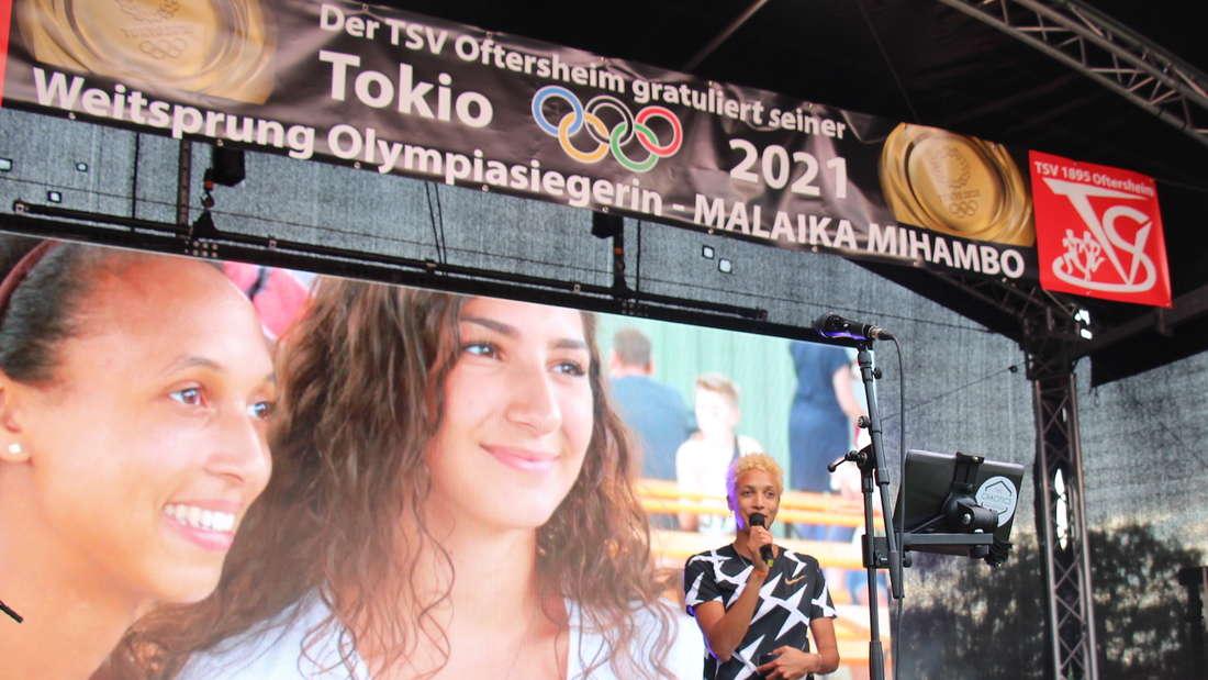 Malaika Mihambo auf der Bühne in Oftersheim.