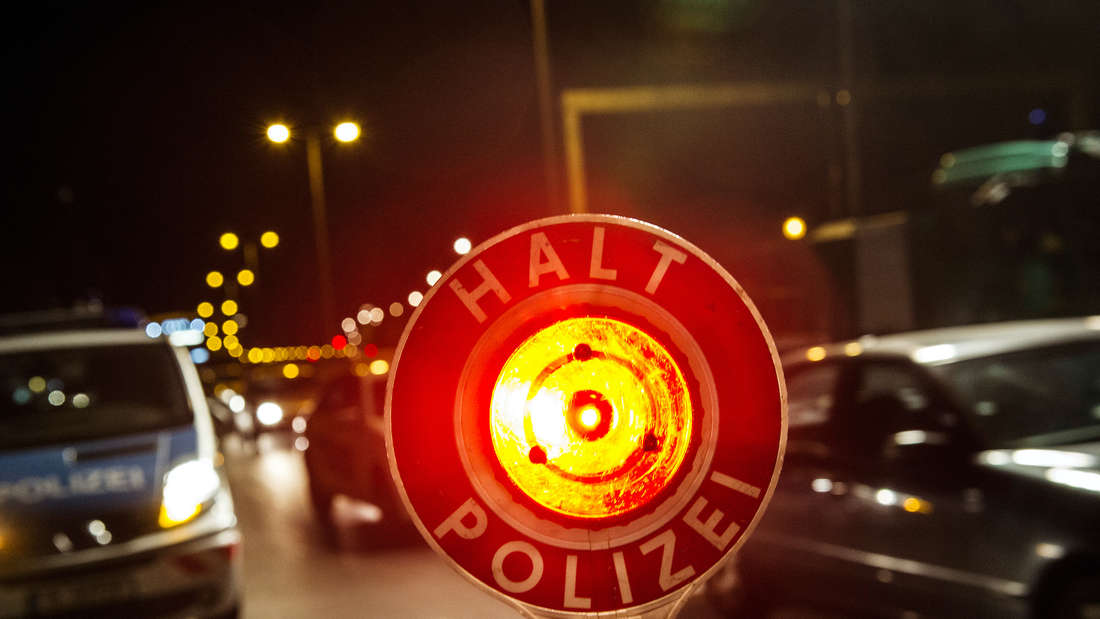 Ein Stopp-Schild der Polizei
