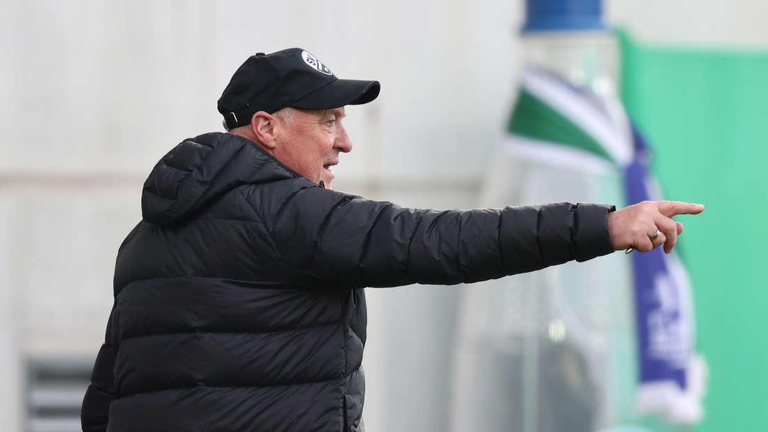 Sandhausen-Trainer Gerhard Kleppinger dirigiert sein Team.