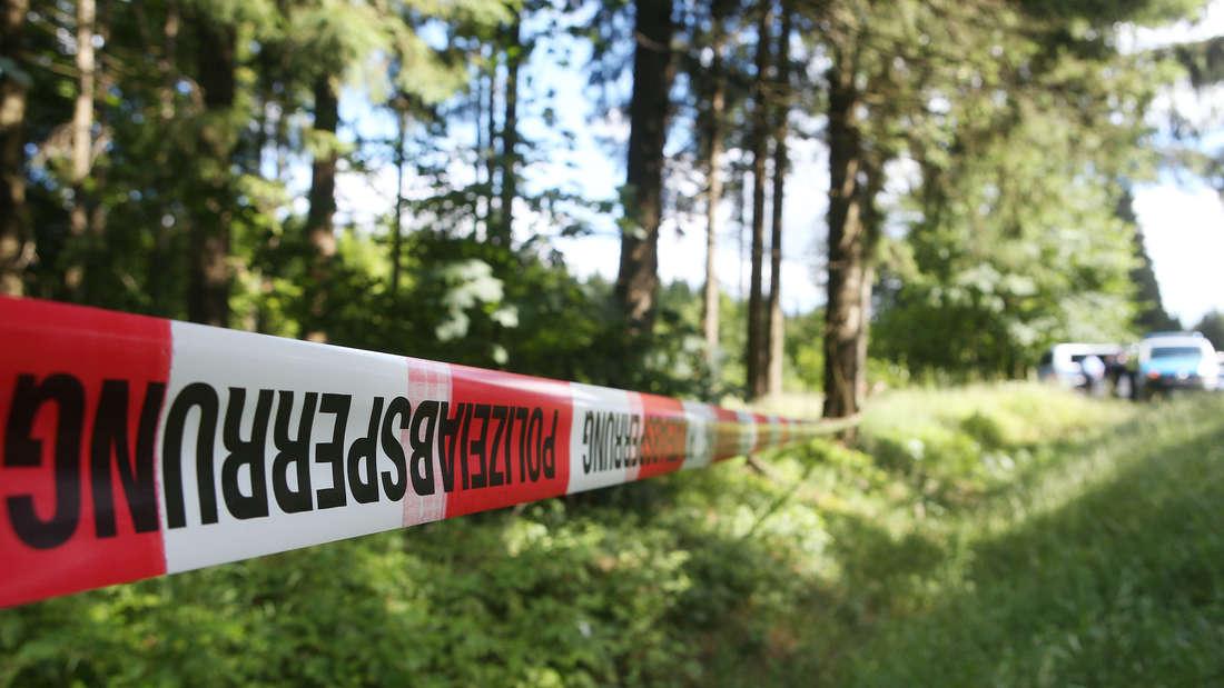 Absperrband der Polizei in Wald.
