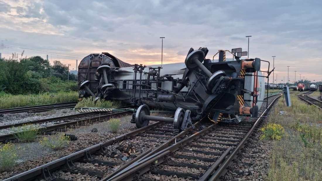 Der umgekippte Kesselwagen liegt auf den Gleisen am Mannheimer Rangierbahnhof.