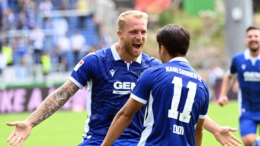 Philipp Hofmann (l) trifft mit dem Karlsruher SC auf den FC Schalke 04.