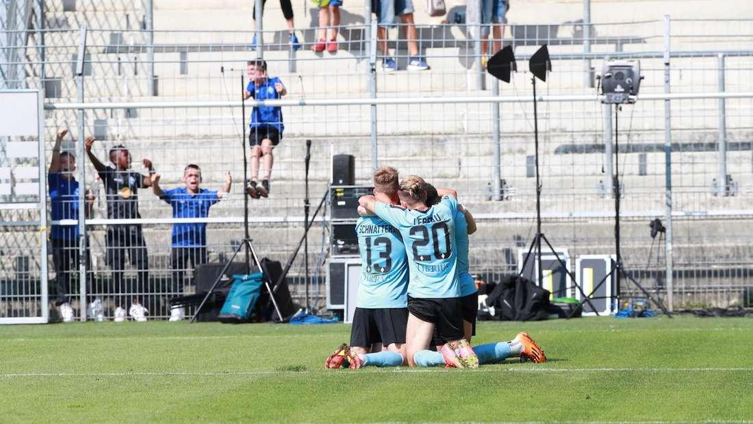 Die Spieler des SV Waldhof jubeln über den zwischenzeitlichen Führungstreffer gegen Halle.