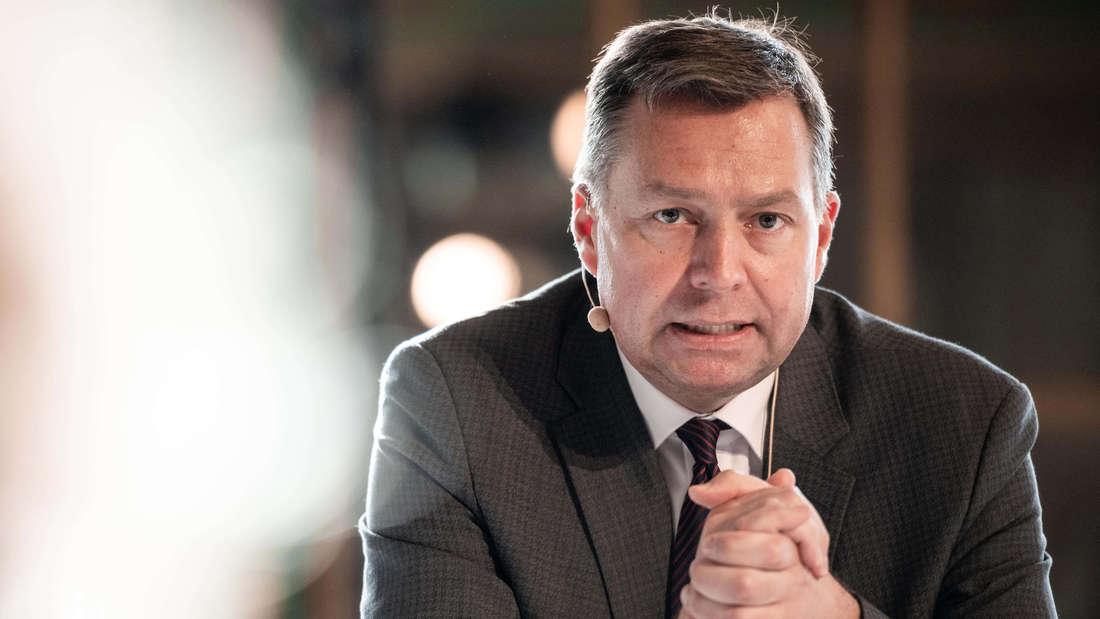 Stephan Mayer (CSU) stellt auf einer Pressekonferenz den 4. Deutschen Kinder- und Jugendsportbericht vor.