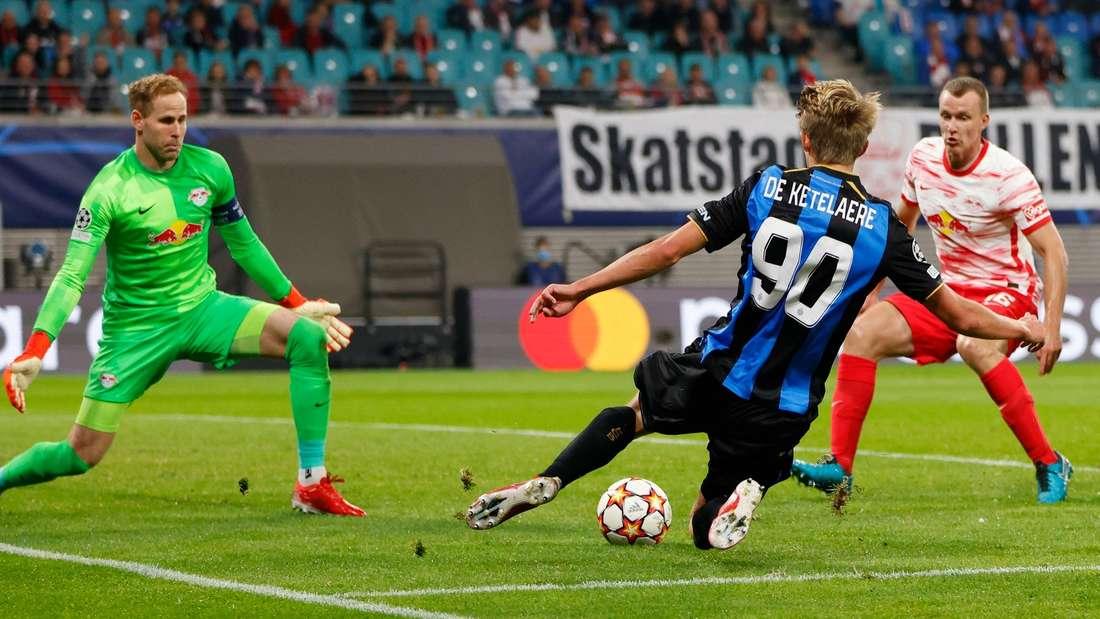 Mehrere Spieler kämpfen vor dem Tor um den Ball