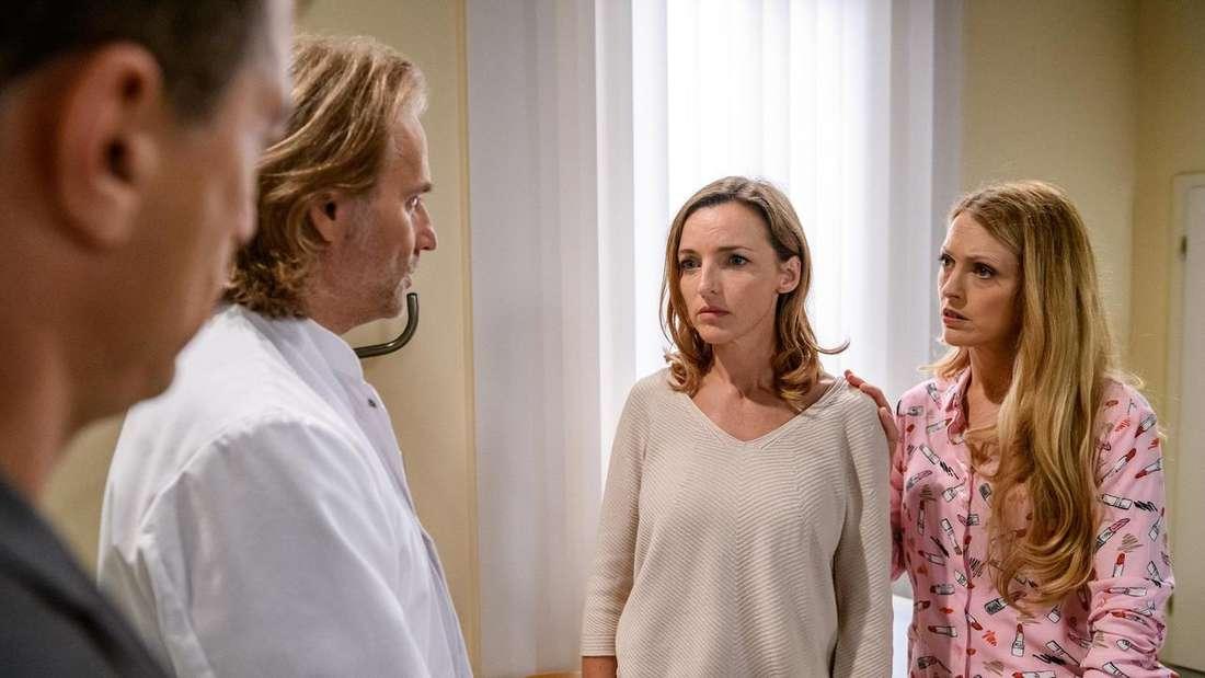 Michael überbringt Lia vor Robert und Rosalie eine Hiobsbotschaft