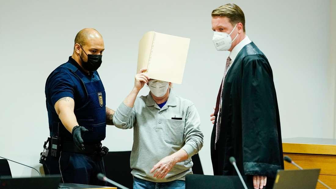 Der Angeklagte (M) kommt zu seinem Anwalt Steffen Lindberg (r) in den Gerichtssaal des Landgerichts Heidelberg. Der Angeklagte soll für eine Serie von explosiven Postsendungen verantwortlich sein.