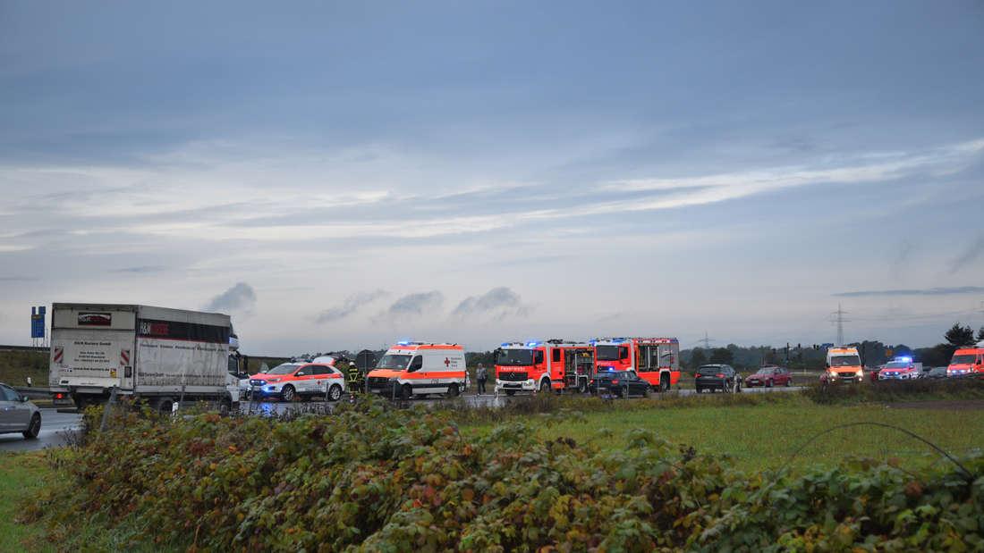 Bei dem Unfall auf der Auffahrt zur A5 bei Walldorf sind viele Rettungskräfte im Einsatz.