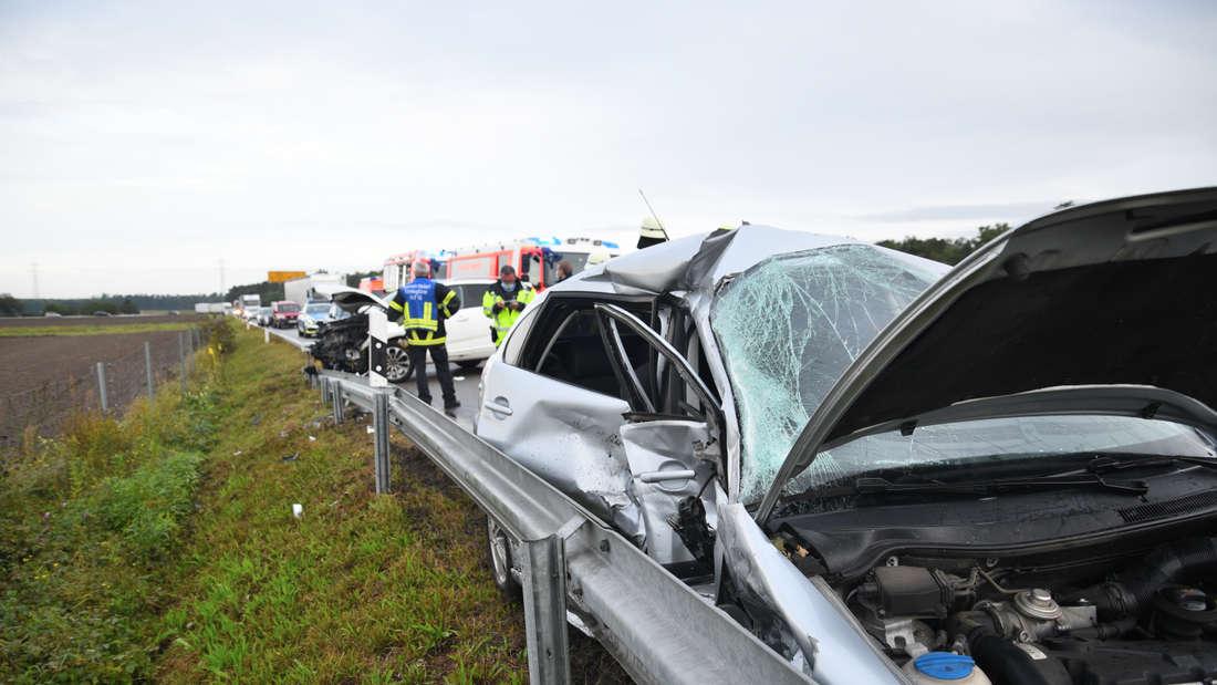 Ein Unfallauto ist stark beschädigt.