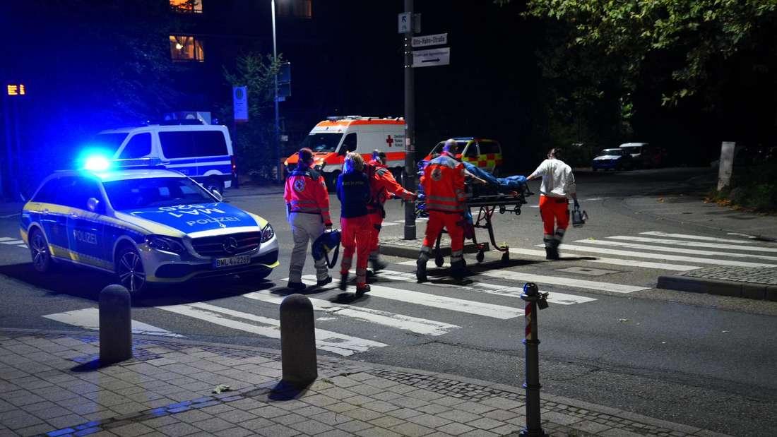 Schlägerei auf dem Emmertsgrund: Eine Frau wurde mit Kreislaufproblemen zu einem Rettungswagen gebracht (9. Oktober 2021).